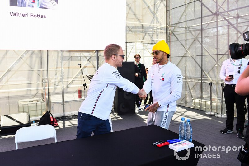 Valtteri Bottas, Mercedes AMG F1 e Lewis Hamilton, Mercedes AMG F1, alla sessione autografi