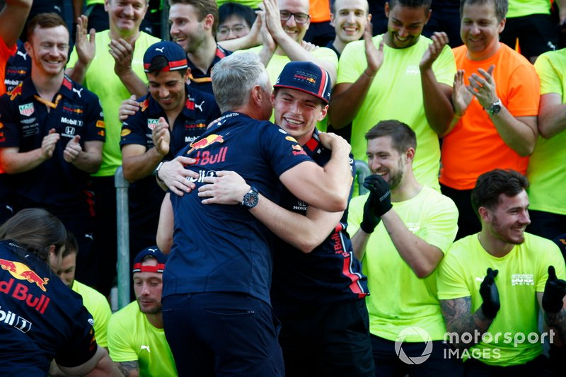 Max Verstappen, Red Bull Racing celebra con el equipo