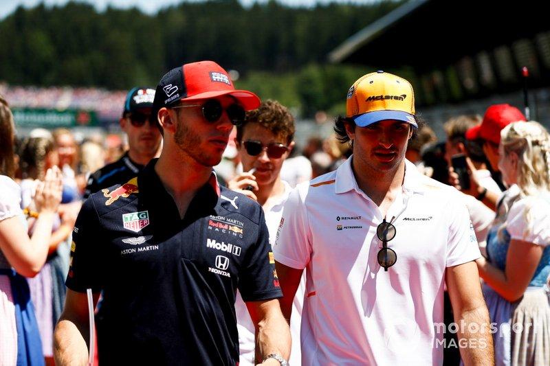 Pierre Gasly, Red Bull Racing, y Carlos Sainz Jr., McLaren, en el desfile de pilotos