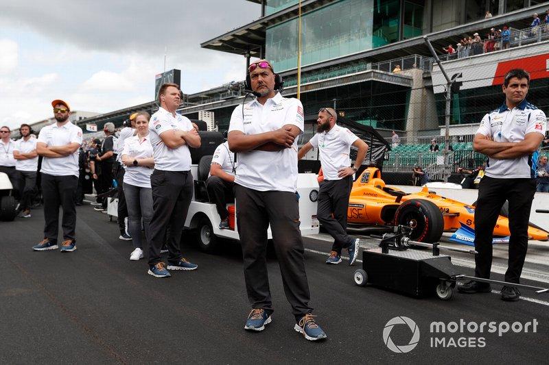 Equipo de Fernando Alonso, McLaren Racing Chevrolet miran como Kyle Kaiser derrota a Fernando Alonso, McLaren Racing Chevrolet