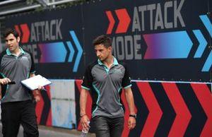 Mitch Evans, Panasonic Jaguar Racing, cammina sulla pista