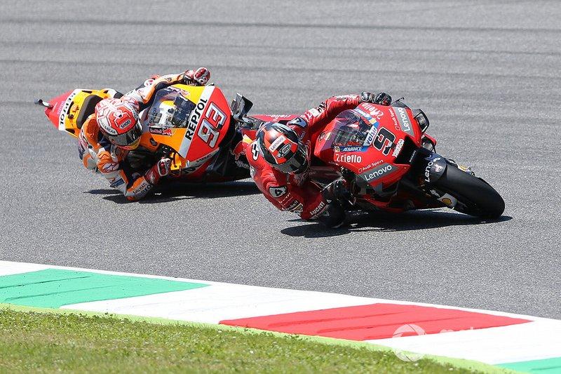 Petrucci hace una última vuelta perfecta, con velocidad y tapando todos los huecos a Márquez, que no puede con el italiano