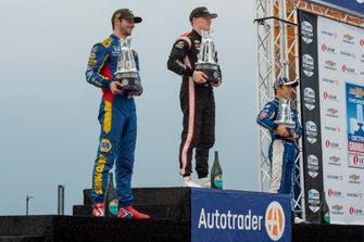 Alexander Rossi, segundo lugar, Andretti Autosport Honda, el ganador Josef Newgarden, del equipo Penske Chevrolet y el tercer lugar Takuma Sato, Rahal Letterman Lanigan Racing Honda