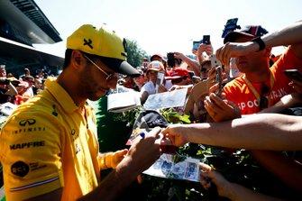 Daniel Ricciardo, Renault F1 Team, signant des autographes à des fans