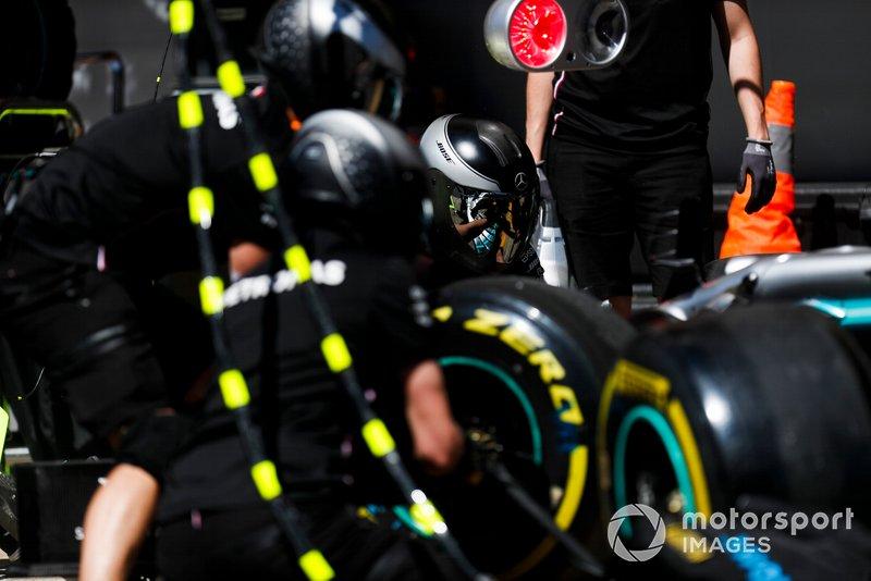 El equipo de boxes de Mercedes en el trabajo durante los entrenamientos