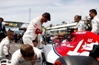Kimi Raikkonen, Alfa Romeo Racing C38, sulla griglia con i meccanici