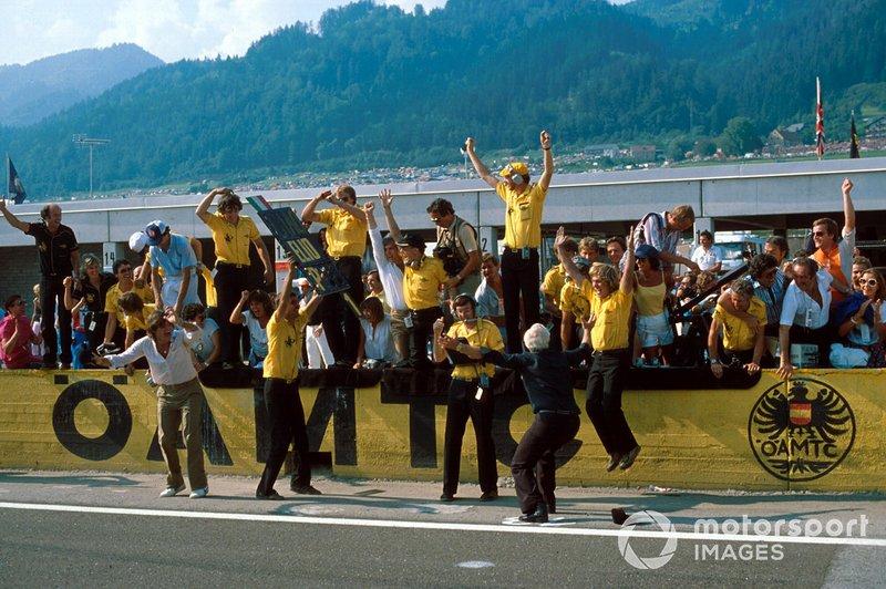 Colin Chapman, dueño del equipo Lotus, lanza su gorra por su victoria por una última vez antes de su muerte