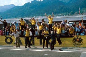 Colin Chapman, proprietario del team Lotus, lancia il berretto in segno di vittoria un'ultima volta prima della sua morte