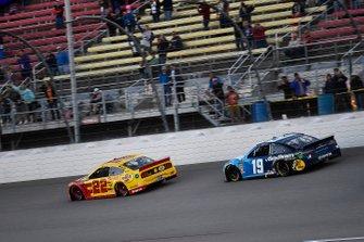 Joey Logano, Team Penske, Ford Mustang Shell Pennzoil and Martin Truex Jr., Joe Gibbs Racing, Toyota Camry Auto Owners Insurance