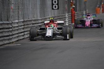 Antonio Giovinazzi, Alfa Romeo Racing C38, precede Sergio Perez, Racing Point RP19