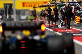 Renault mechanics ready for Daniel Ricciardo, Renault F1 Team R.S.19