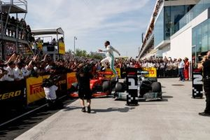 El ganador de la carrera Lewis Hamilton, Mercedes AMG F1 en parc ferme
