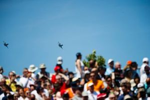 A pair of CF-18 Hornets perform for the crowd