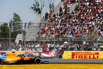 Antonio Giovinazzi, Alfa Romeo Racing C38, spins as Carlos Sainz Jr., McLaren MCL34, passes