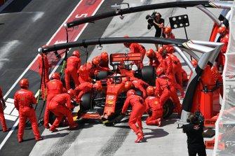 Sebastian Vettel, Ferrari SF90, au stand