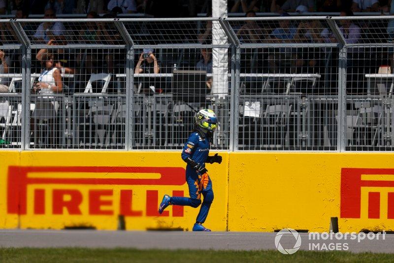 Lando Norris, McLaren, abbandona la sua monoposto e si ritira dalla gara