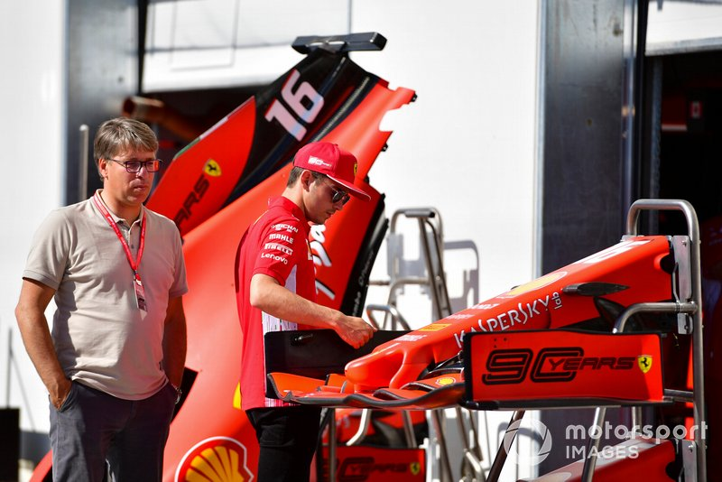 Charles Leclerc, Ferrari, esamina un'ala frontale
