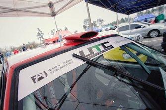 Стандартне лого Чемпіонату України з кільцевих гонок UTC на машині Владислава Сінані