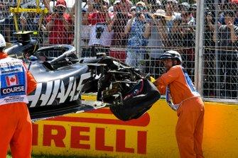Маршалы убирают с трассы разбитый автомобиль Haas VF-19 Кевина Магнуссена