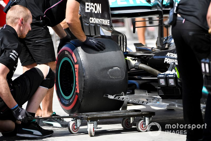 Mercedes mechanics looking at the blistered rear tyre of Valtteri Bottas, Mercedes AMG W10 in qualifying