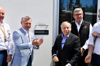Francois Dumontier, Presidente y Director General del Gran Premio de Canadá, Jean Todt, Presidente de la FIA, y Ross Brawn, Director General de Motorsports, FOM, revelan una placa que dedica un nuevo edificio de Race Control al fallecido Charlie Whiting, ex Director de Carrera de la FIA