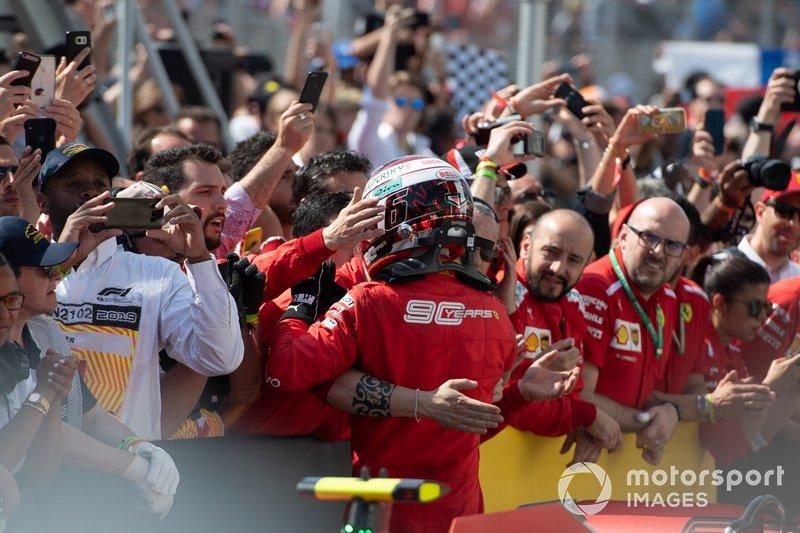 Le troisième, Charles Leclerc, Ferrari, avec son équipe dans le Parc Fermé