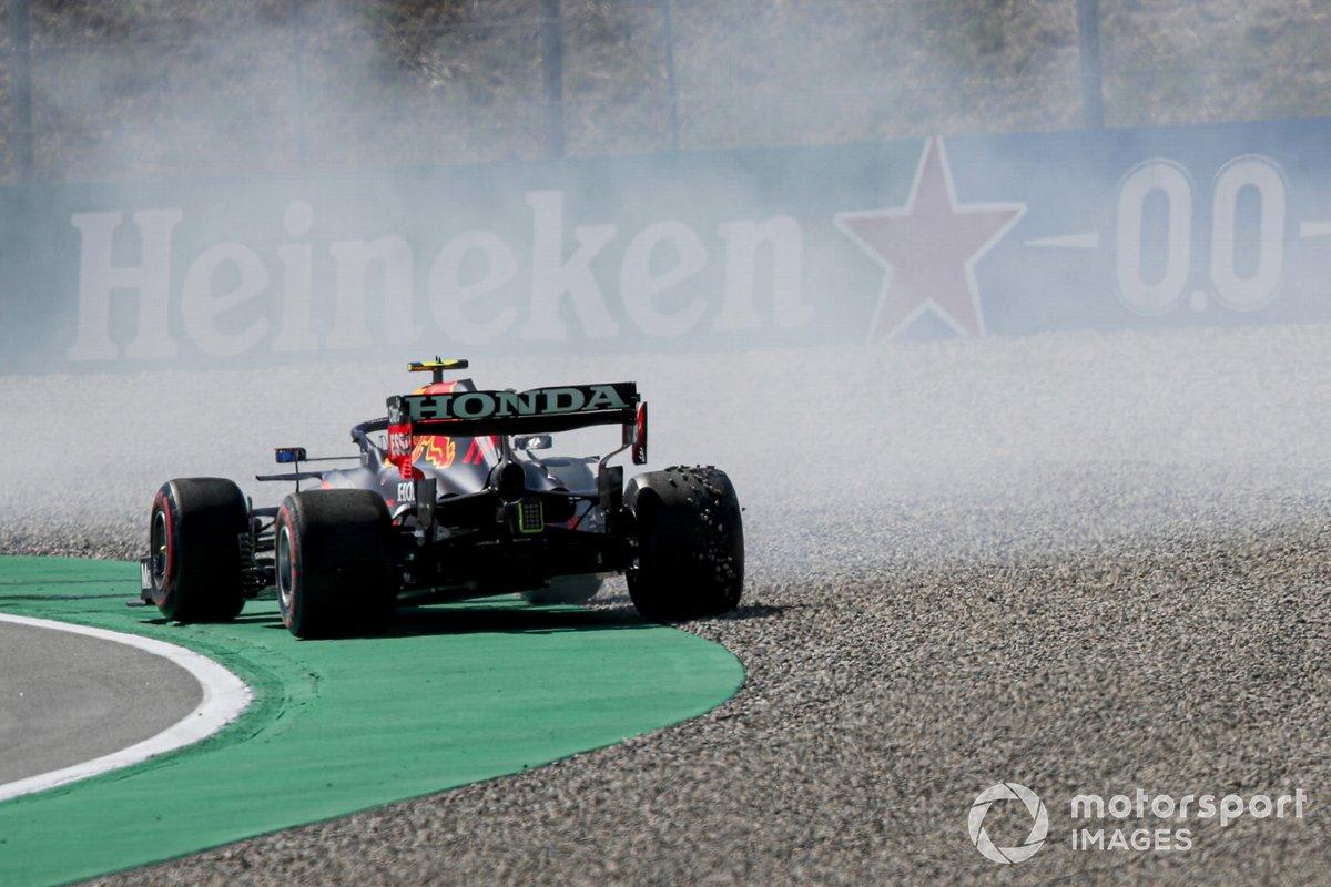 Sergio Pérez, Red Bull Racing RB16B hace un trompo durante la clasificación