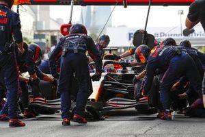Max Verstappen, Red Bull Racing RB16B, dans les stands