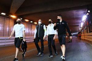 Des membres de l'équipe Venturi durant le track walk