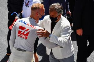 Nikita Mazepin, Haas F1, on the grid with Jean Alesi