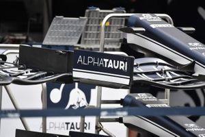 Gros plan sur un aileron avant d'AlphaTauri AT02