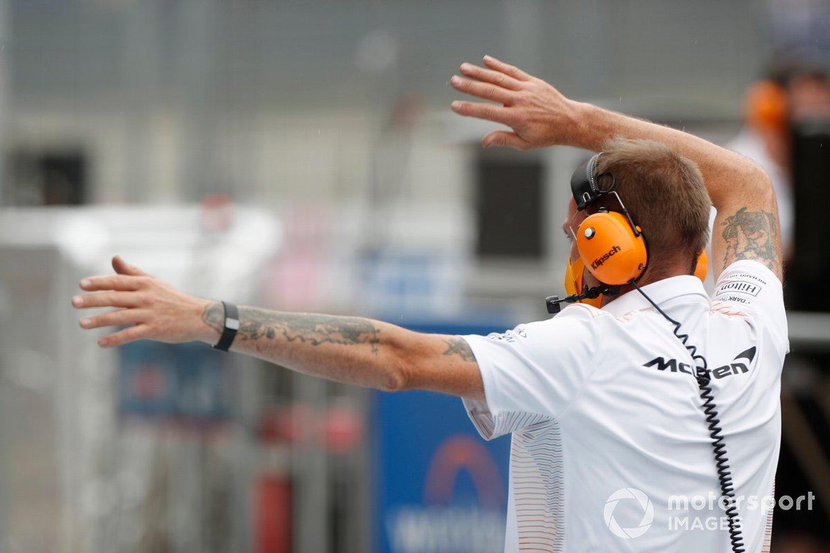 Un mecánico de McLaren da indicaciones