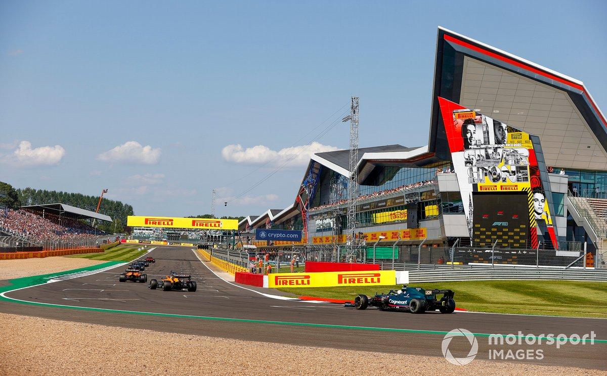 Lando Norris, McLaren MCL35M, Daniel Ricciardo, McLaren MCL35M, eSebastian Vettel, Aston Martin AMR21, si posizionano sulla griglia per la ripartenza