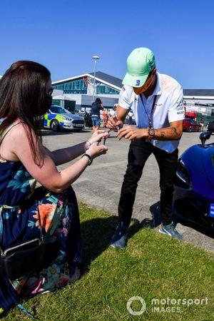 Daniel Ricciardo, McLaren signs an autograph for a fan