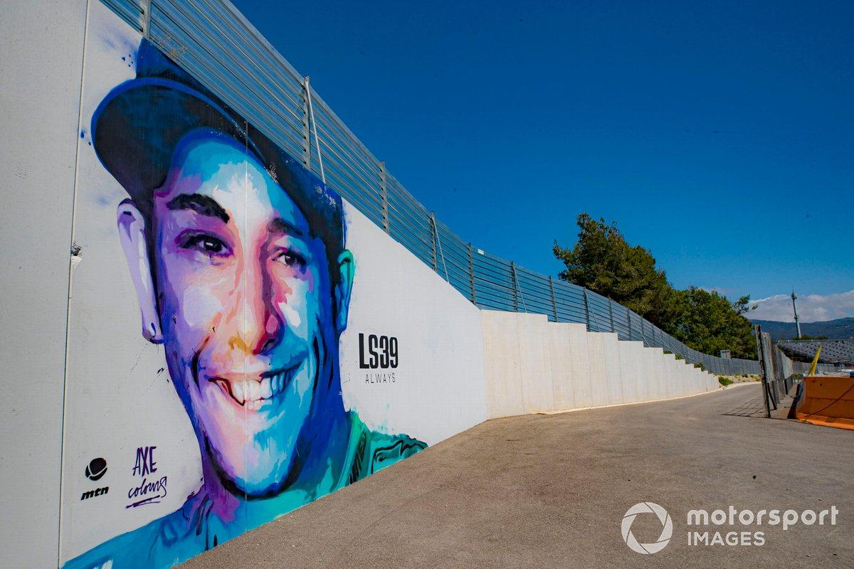 Homenaje a Luis Salom 39 en una barda del circuito