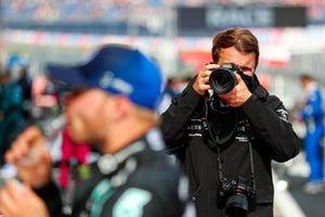 Een fotograaf neemt een foto van Valtteri Bottas, Mercedes