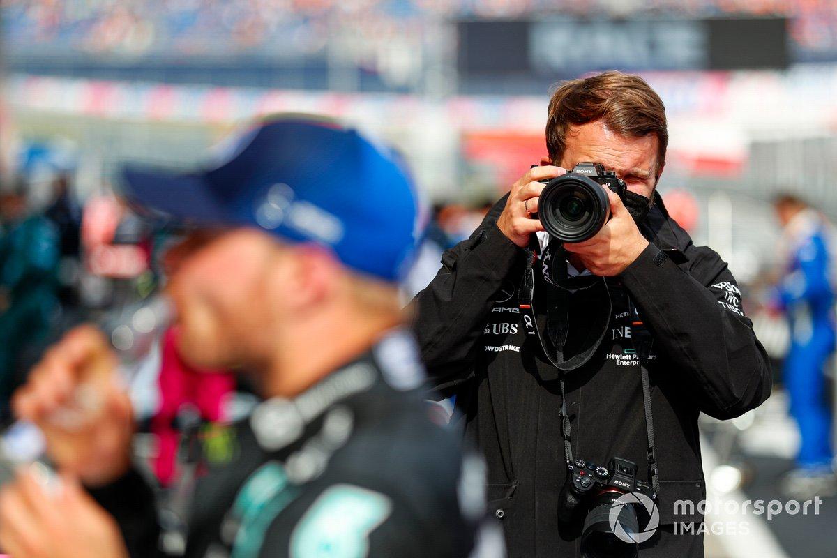 Un fotógrafo toma una foto del segundo lugar Valtteri Bottas, Mercedes en el Parc Ferme