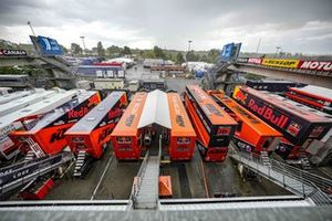MotoGP-Renntransporter im Fahrerlager