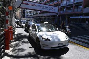 Un taxi Tesla sur le circuit ouvert
