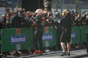 Max Verstappen, Red Bull Racing, 2e plaats, in Parc Ferme