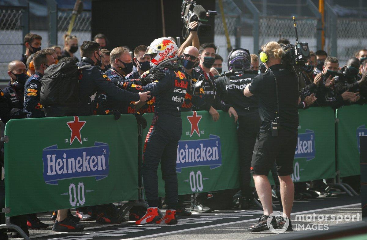 Segundo lugar Max Verstappen, Red Bull Racing, celebra con el equipo en Parc Ferme
