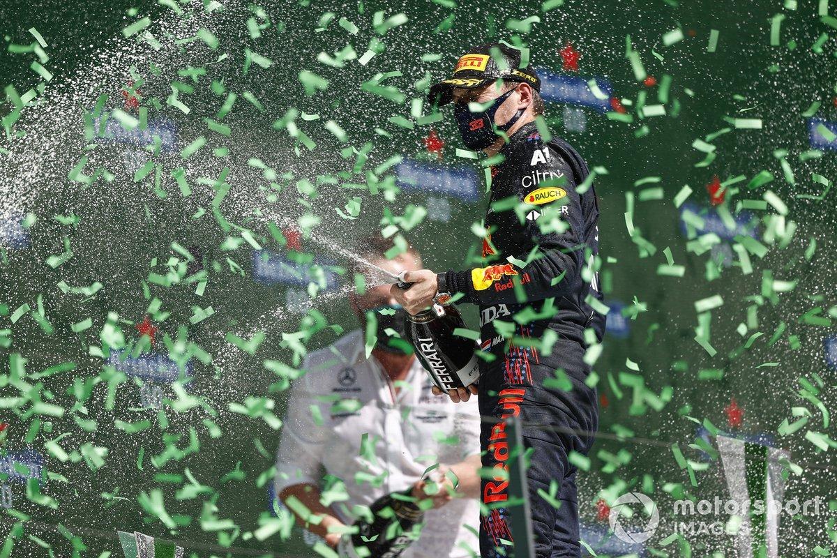Podio: ganador de la carrera Lewis Hamilton, Mercedes, y el segundo lugar Max Verstappen, Red Bull Racing