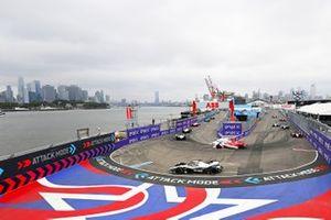 Joel Eriksson, Dragon Penske Autosport, Penske EV-5, Oliver Rowland, Nissan e.Dams, Nissan IMO2, mientras Edoardo Mortara, Venturi Racing, Silver Arrow 02, entra en modo de ataque