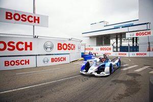 Maximilian Guenther, BMW I Andretti Motorsports, BMW iFE.21, leads Jake Dennis (GBR), BMW I Andretti Motorsport, BMW iFE.21