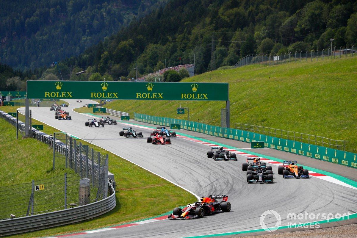 Max Verstappen, Red Bull Racing RB16B, Lewis Hamilton, Mercedes W12, Lando Norris, McLaren MCL35M, Sergio Pérez, Red Bull Racing RB16B, Valtteri Bottas, Mercedes W12, y el resto del pelotón en la salida