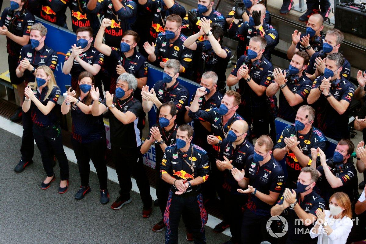 El equipo Red Bull anima a su piloto Max Verstappen, Red Bull Racing, 1ª posición, en el podio