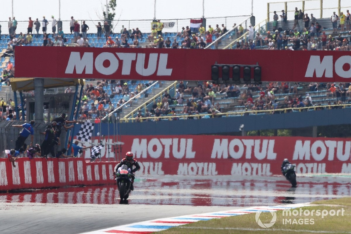Ganador Fabio Quartararo, Yamaha Factory Racing cruza la meta