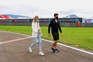 La présentatrice TV Nicki Shields et Norman Nato, Venturi Racing, marchent sur la piste