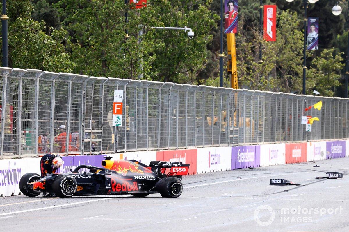 Max Verstappen, Red Bull Racing, esce dalla sua macchina dopo l'incidente