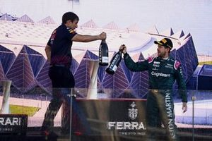 Podio: segundo lugar Sebastian Vettel, Aston Martin, con un miembro del equipo de Red Bull